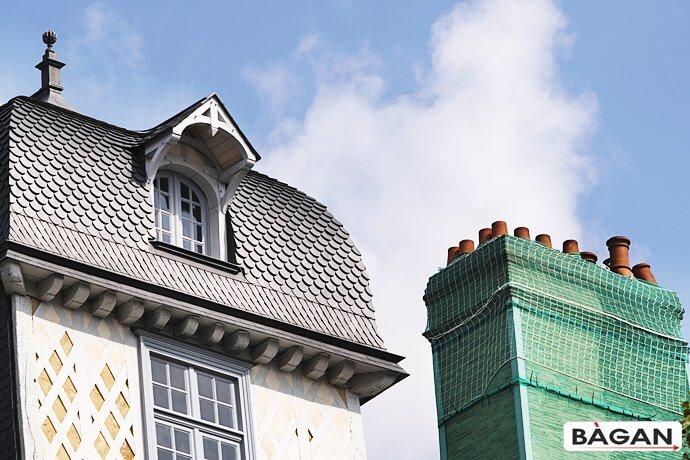Siatka na oblatujący stary dach i komin