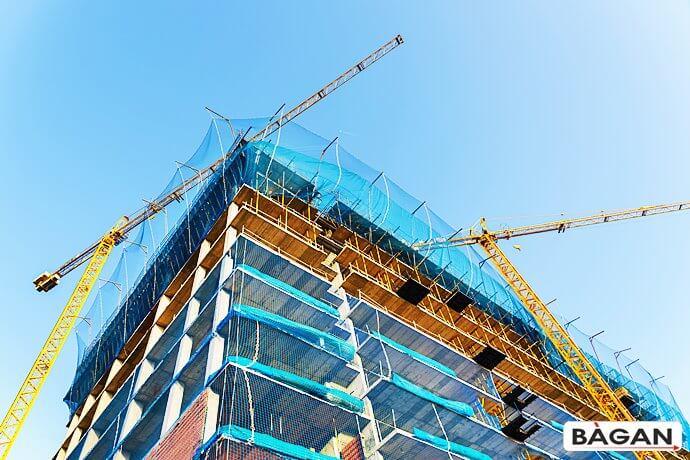 Zabezpieczenie balkonów szybów wind na budowie - siatka na wnęki