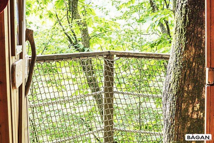Zabepieczenie domku na drzewie siatką